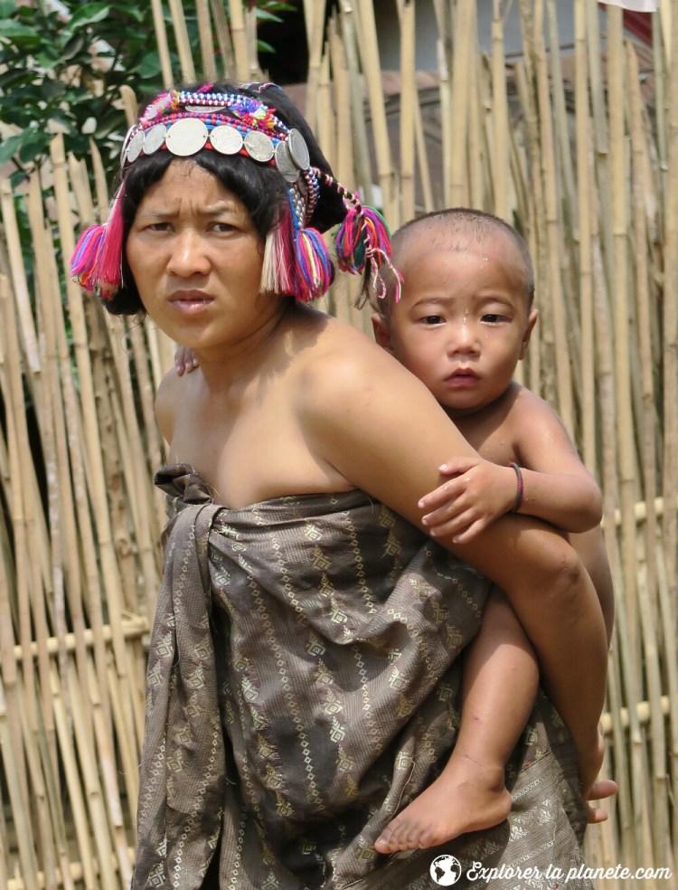 Femme Akha ya er avec son enfant au nord du Laos