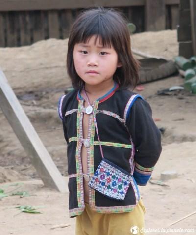 Jeune fille Akha avec habit traditionnel