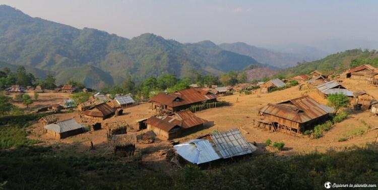 Un village Akha à flanc de montagne au Laos près de Boun Neua