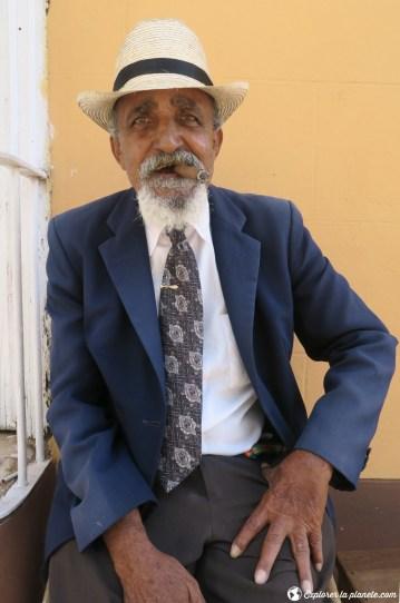 Un cubain qui fume son cigare à Trinidad.