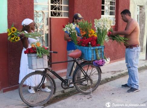 Un fleuriste dans les rues de La Havane.