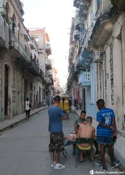 Les jeunes jouent aux dominos dans la rue du vieux Havane.