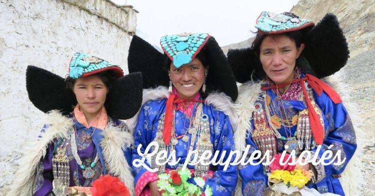 trois femmes ladakhis avec des habits traditionnels au cours d'un puja au Ladakh en Inde