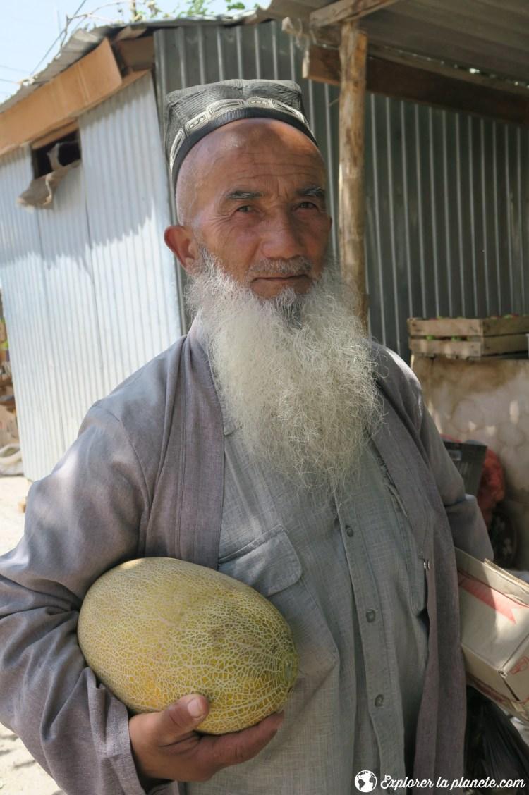 Vieil homme avec melon au Tadjikistan