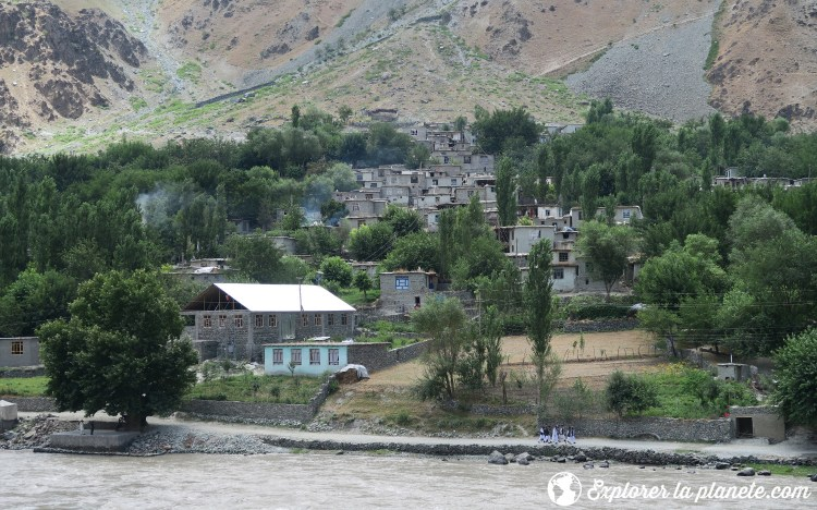 Village afghan vu du Tadjikistan