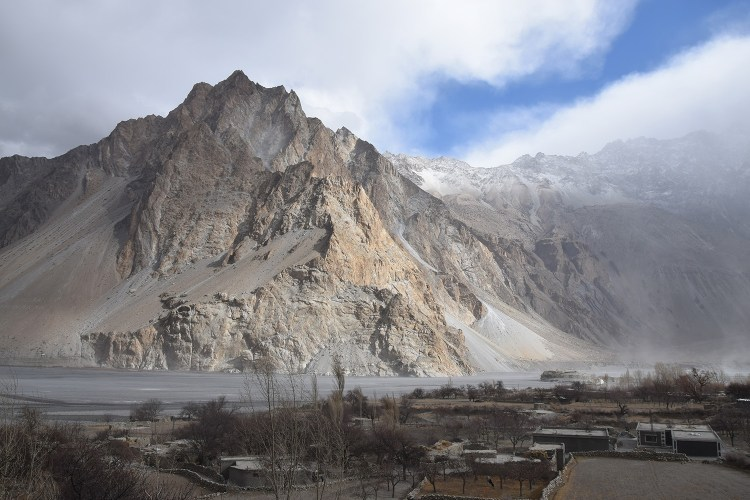 Montagnes dans la Karakhoram highway au Pakistan destinations en dehors des sentiers battus