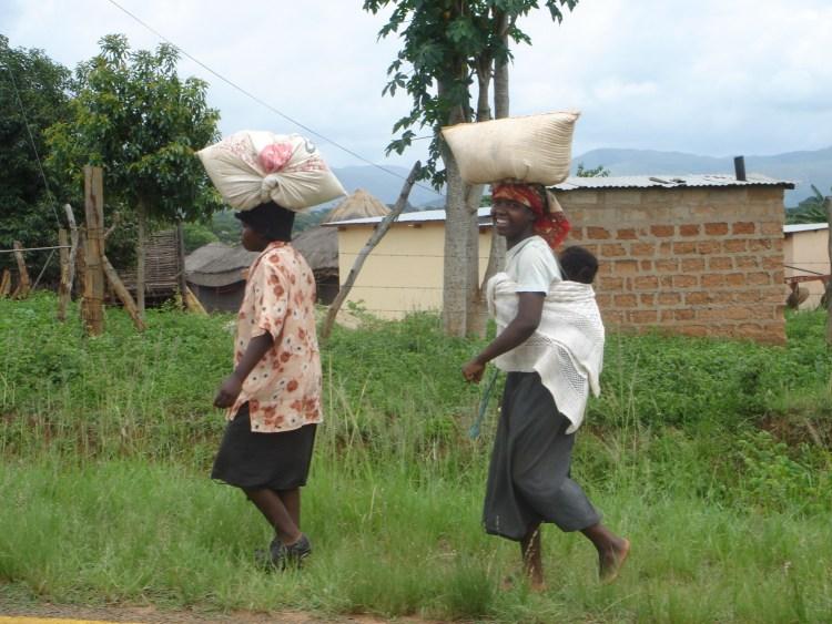 Villageois transportant des sacs sur la tête au Swaziland destinations en dehors des sentiers battus