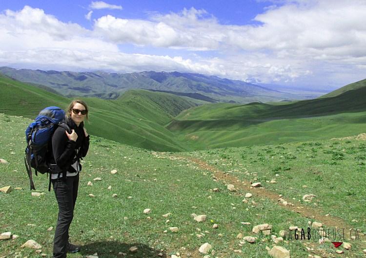 Paysage pendant la randonnée trek vers le lac Song kul