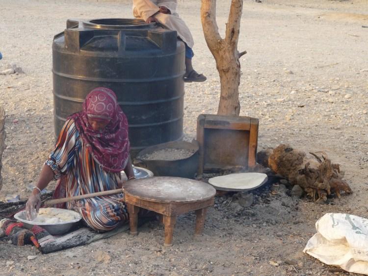 Dame faisant du pain à Marsa Alam en Egypte destinations en dehors des sentiers battus