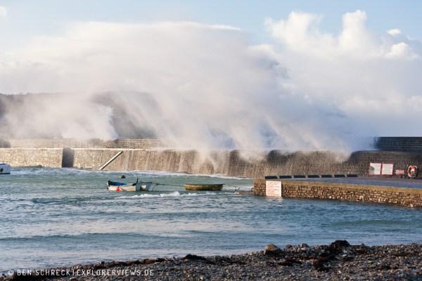 Riesenwelle im Hafen Goury 3575