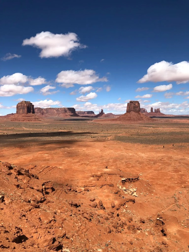 shows landscapes in one of the best places to visit in Arizona, Monument Valley