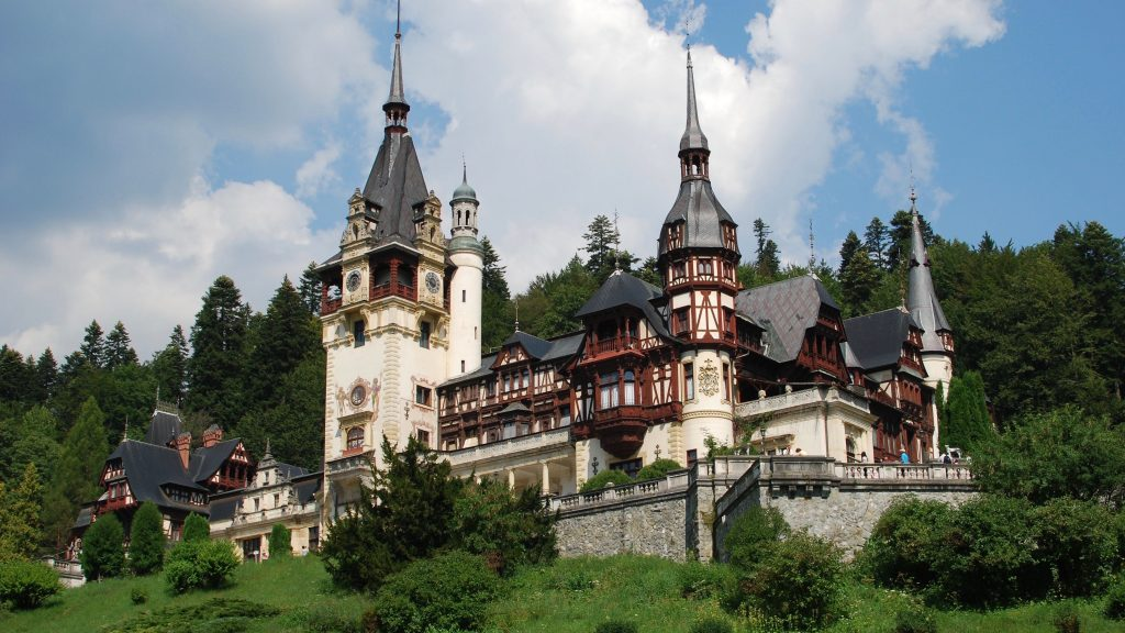 Peles Castle is set in beautiful mountainous surrounds. Credit: Remes Pereni, CC-BY-2.0.
