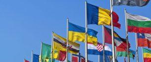 Banderas de distintos países en el comercio internacional