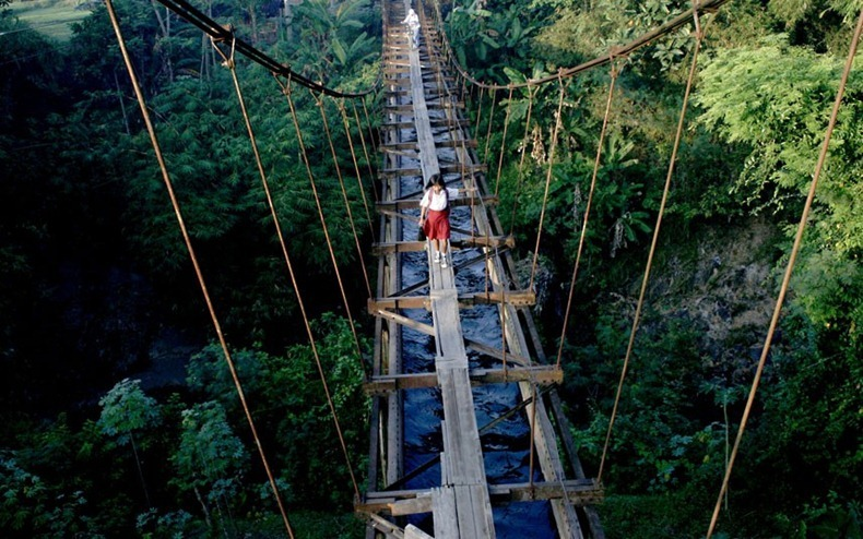 9_Aqueduct Uses as a Road, Indonesia