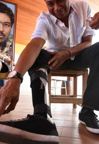 HAN TRANSCURRIDO 18 años de aquel accidente traumático para el artista vallenato, quien hoy da gracias al santo de su devoción por el milagro de permitirle caminar. /Richard Dangond