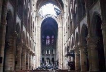 Un agujero en el domo dentro de la catedral de Notre Dame en París el martes 16 de abril de 2019. Los bomberos lograron sofocar el martes el incendio de más de 12 horas que afectó Notre Dame que acabó con su techo y aguja pero no afectó los campanarios ni la corona de espinas. (Christophe Petit Tesson, Pool vía AP)