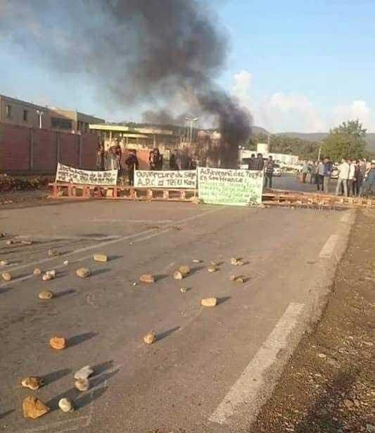 fermeture route a Adekar
