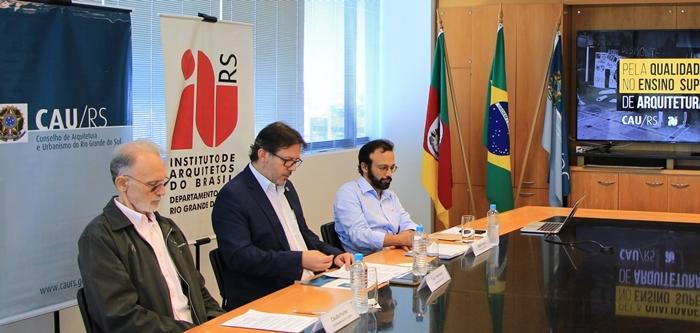 Em coletiva, o presidente do Conselho de Arquitetura e Urbanismo do RS, Tiago Holzmann da Silva, o Conselheiro, Claudio Fisher, e o presidente do IAB RS, Rafael Passos, denunciaram em março de 2018 a desqualificação do ensino de Arquitetura e Urbanismo no estado