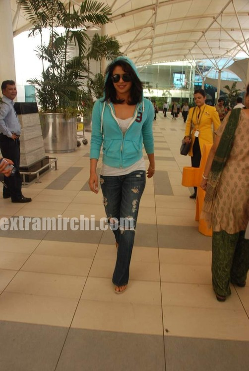 Priyanka-snapped-at-Mumbai-airport-1.jpg