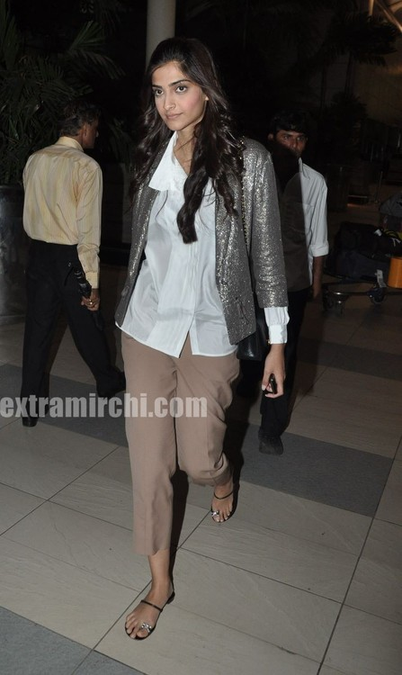 Sonam-Kapoor-returns-from-IHLS-Ahmedabad-Promotions-3.jpg