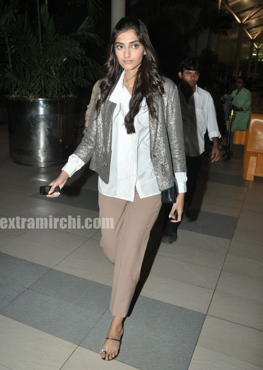 Sonam-Kapoor-returns-from-IHLS-Ahmedabad-Promotions-4.jpg