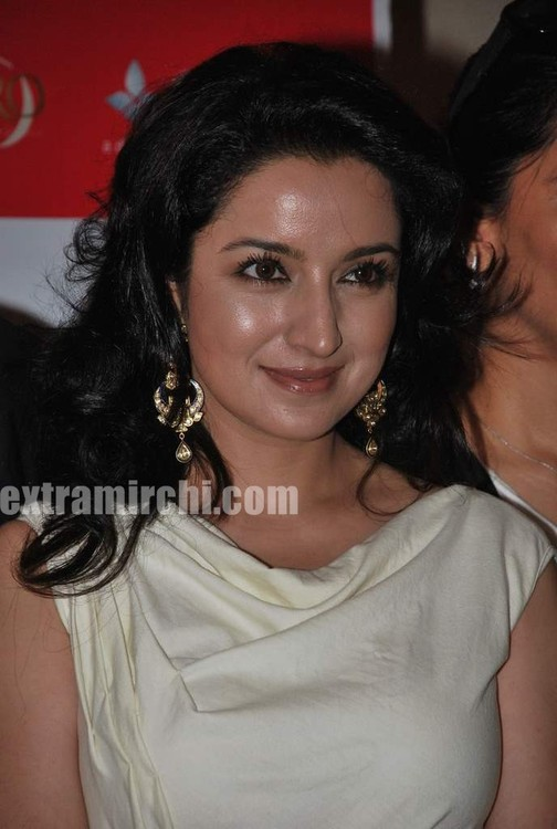 Tisca-Chopra-at-Gemfields-Retial-Jeweller-India-awards-2.jpg