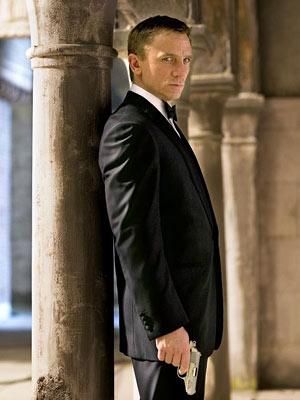 007-daniel-craig-james-bond-with-gun.jpg