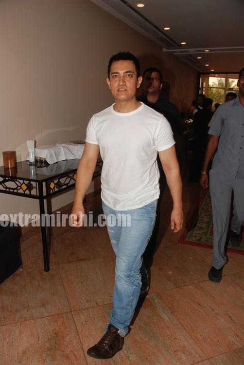 Aamir-Khan-unveils-Peepli-Live-first-look-2.jpg