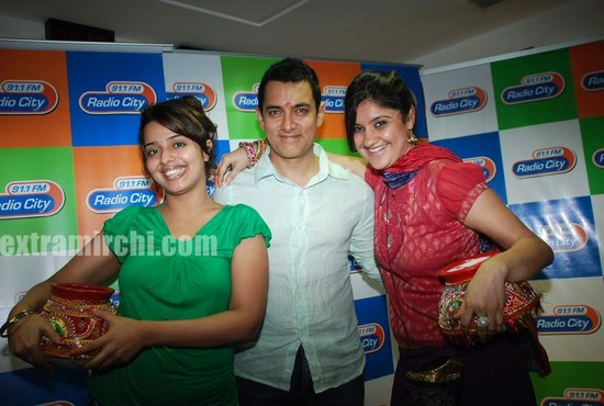 Aamir-and-Anusha-Rizi-promote-Peepli-Live-on-Radio-City-4.jpg
