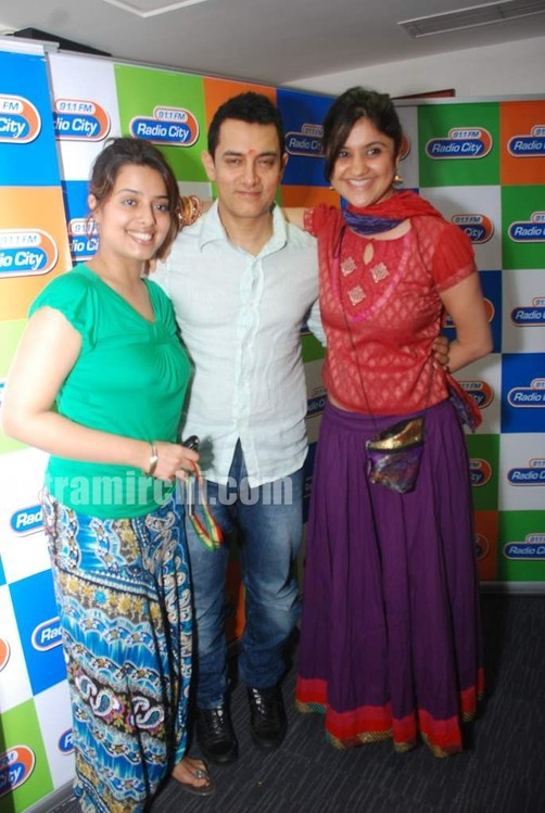 Aamir-and-Anusha-Rizi-promote-Peepli-Live-on-Radio-City-6.jpg