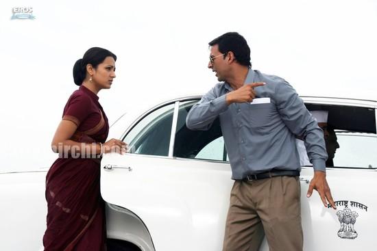 Akshay-Kumar-and-Trisha-Krishnan-in-Khatta-Meetha-2.jpg
