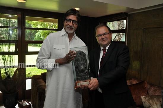 Amitabh-Bachchan-recieves-a-Salt-Ganesha-Momento-from-Poland-Ambassado-1.jpg