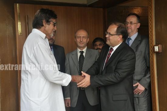 Amitabh-Bachchan-recieves-a-Salt-Ganesha-Momento-from-Poland-Ambassado-2.jpg