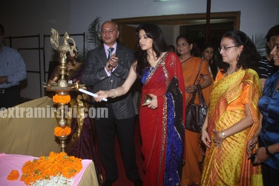 Bhagyashree-inaugrating-the-Royale-wedding-show.jpg