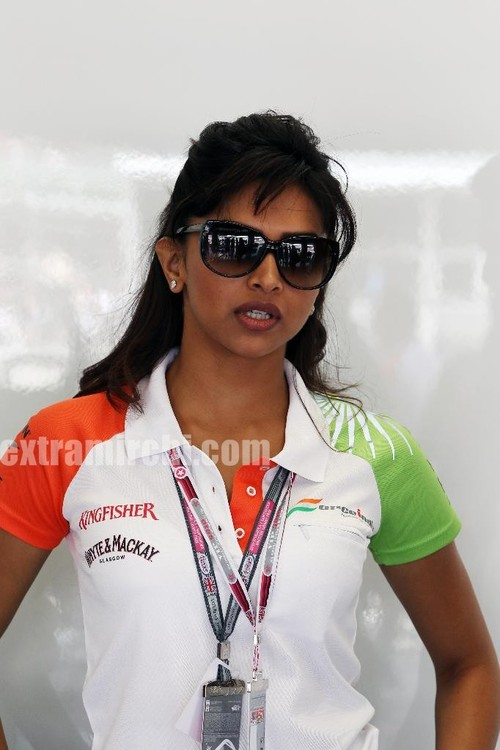 Deepika-Padukone-cheers-for-the-Force-India-F1-Team-at-the-British-GP-2.jpg