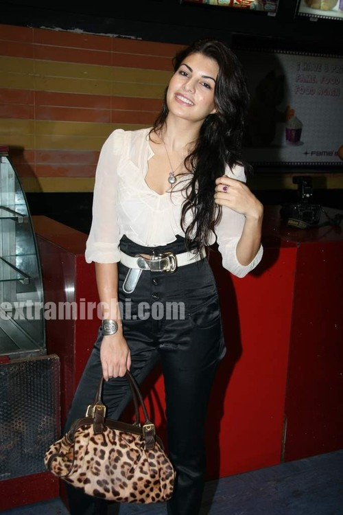 Jacqueline-Fernandes-at-Premiere-of-Knight-and-Day-2.jpg