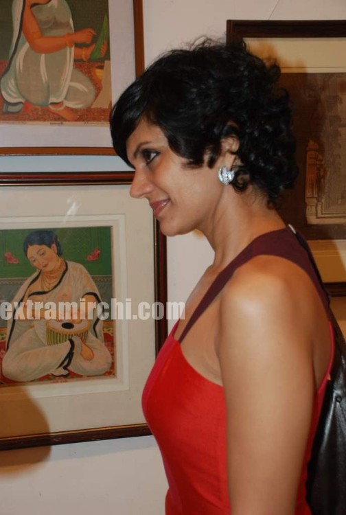 Mandira-Bedi-at-Priyasri-Patodia-art-exhibition-5.jpg