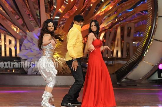 Rakhi-and-Sangeeta-shaking-legs-with-Harbhajan.jpg