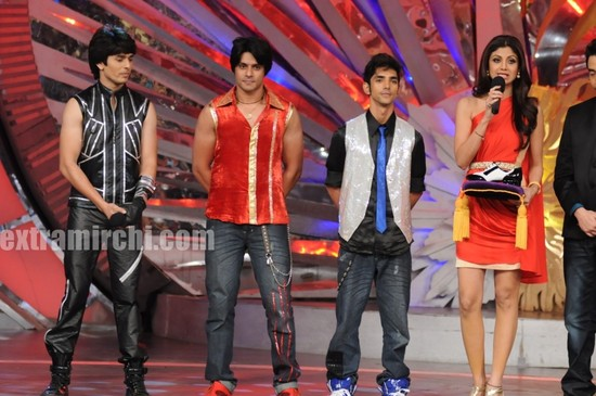 Shilpa-Shetty-with-the-new-boy-contestants.jpg