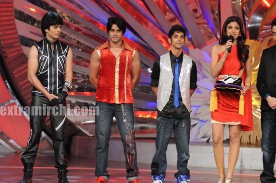 Shilpa-Shetty-with-the-new-boy-contestants.jpg