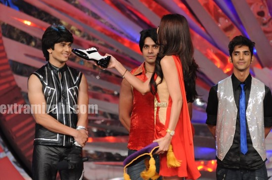 Shilpa-presents-Ansh-with-the-dancing-shoe.jpg