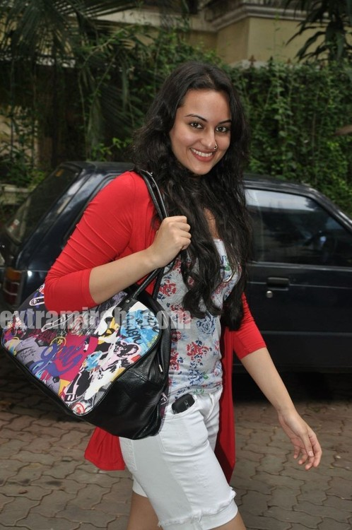 Sonakshi-Sinha-at-Tere-Bin-Laden-Screening-3.jpg