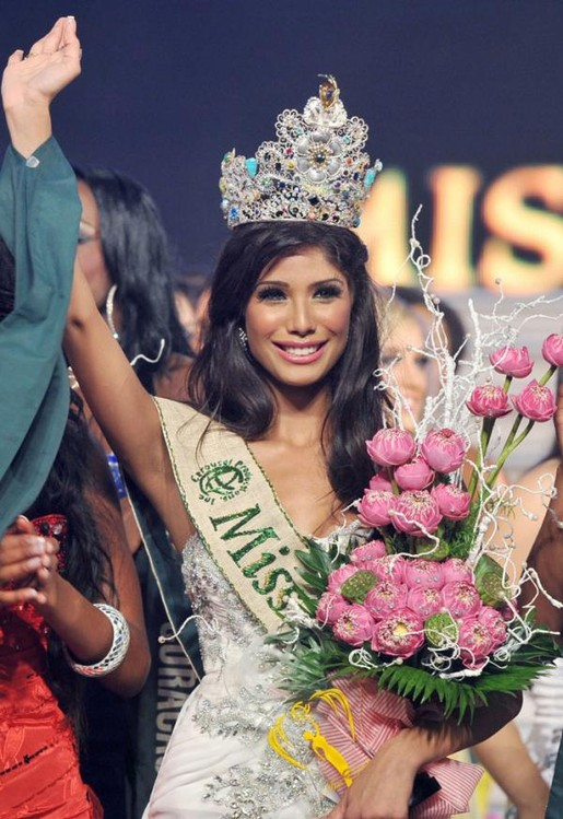 Miss-India-Nicole-Faria-crowned-Miss-Earth-2010.jpg