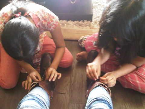 Bipasha-Basu-tie-her-shoelaces-child-labour.jpg