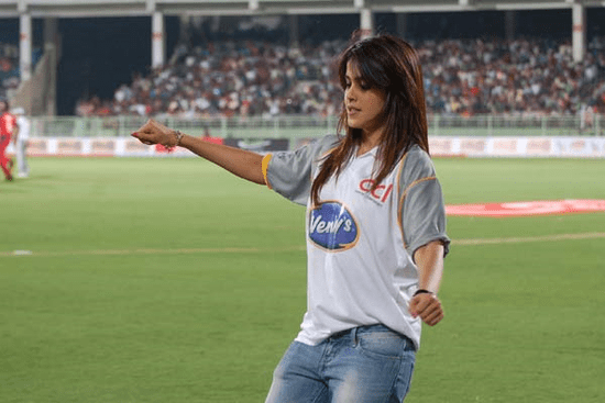 Genelia-cheers-at-Celebrity-Cricket-League-T20-2.png