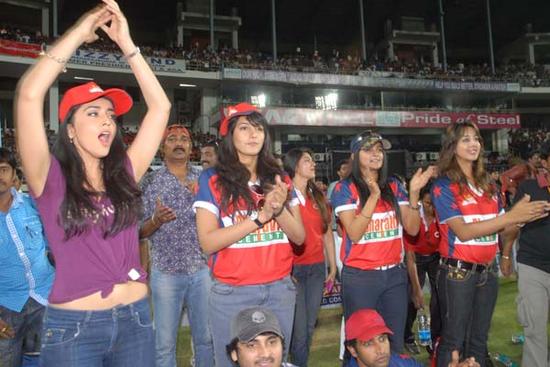 Shriya-Saran-cheers-at-Celebrity-Cricket-League-T20-2.png