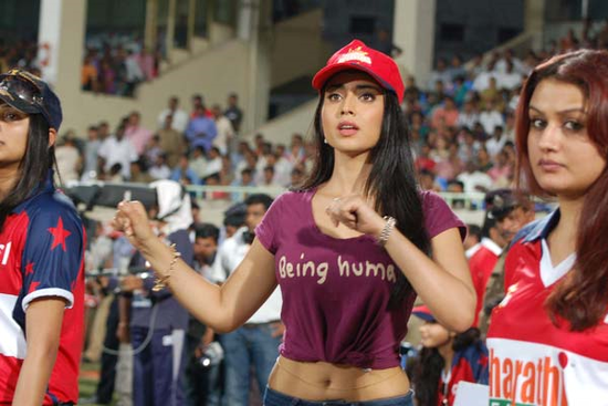Shriya-Saran-cheers-at-Celebrity-Cricket-League-T20-4.png