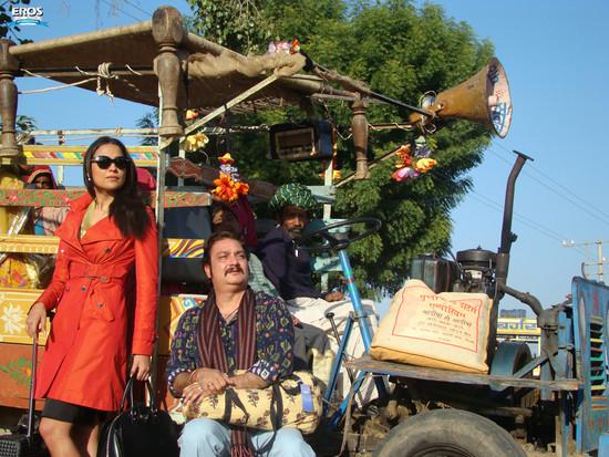 Chalo-Dilli-Lara-Dutta-Vinay-Pathak-2.jpg