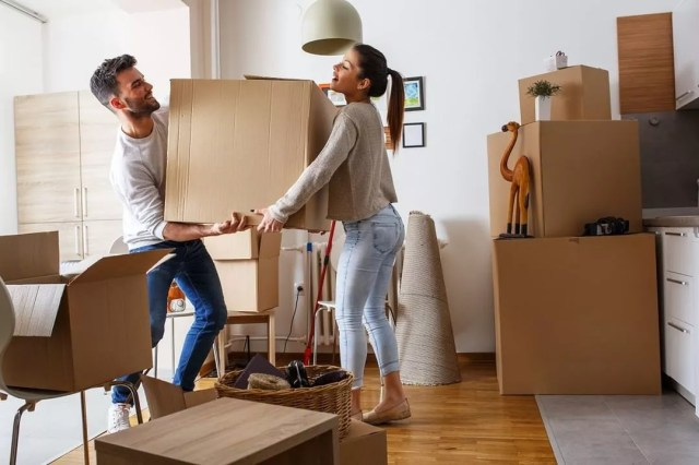 Young couple moving boxes in home. Photo by Instagram user @pricing_van_lines
