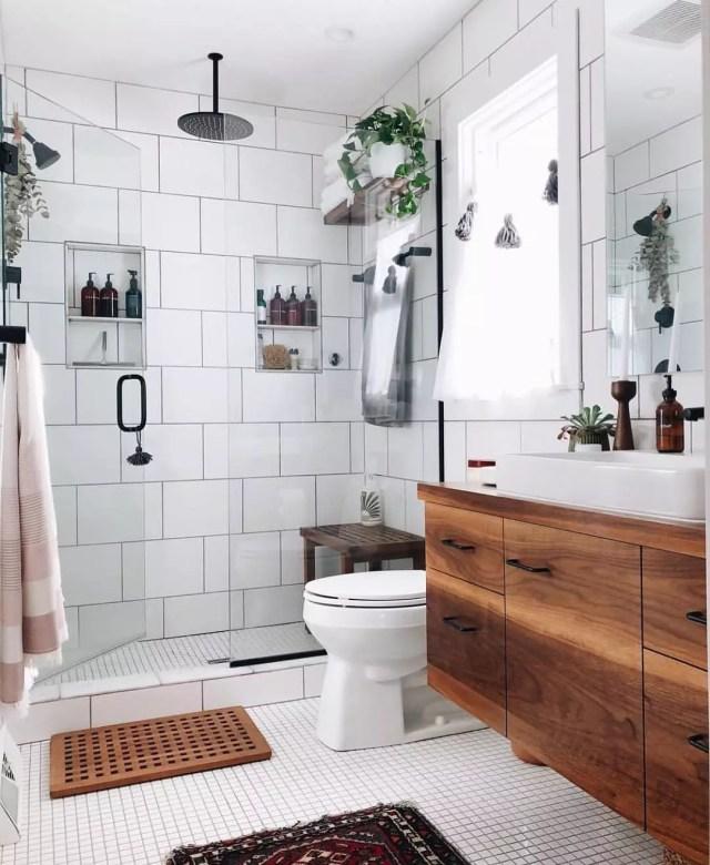 Clean bathroom with tile and backsplash. Photo by Instagram user @kitindymag